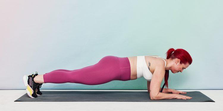 Tập bụng với tư thế Plank cơ bản.