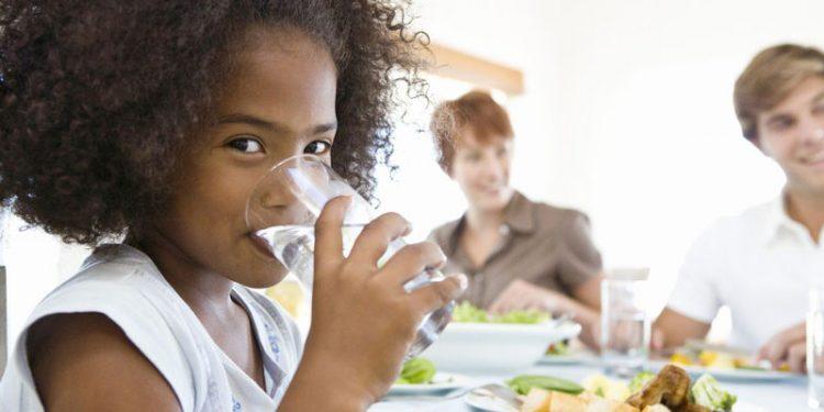 Khi ăn nên uống một ít nước.